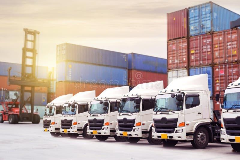 Nueva flota de camión con industria del transporte de la logística del depósito del envase fotografía de archivo libre de regalías