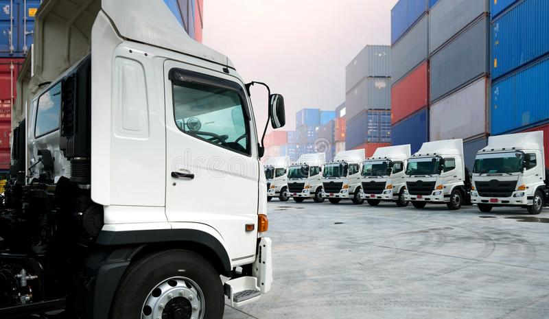 Nueva flota de camiones en depósito imagenes de archivo