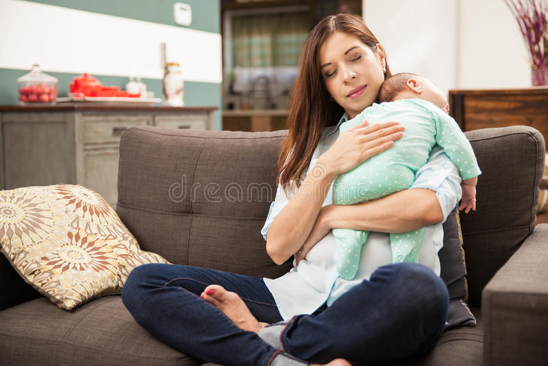 Nueva mamá en amor con su bebé recién nacido fotografía de archivo libre de regalías
