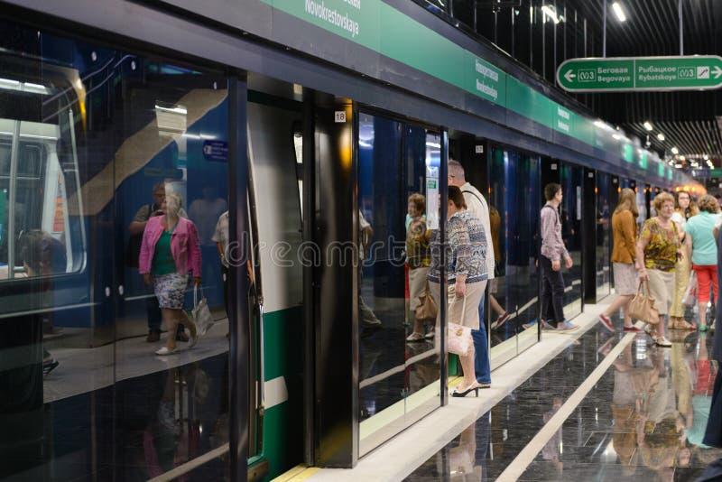 Nueva metro-estación Novokrestovskaya en St Petersburg, Rusia imagenes de archivo