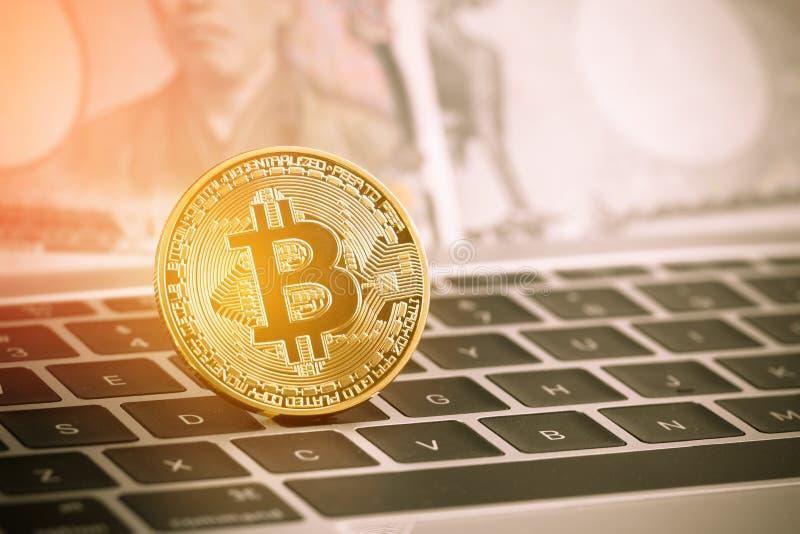 Nueva moneda virtual de Digitaces del dinero de Bitcoins o de Cryptocurrency moderna para el intercambio Circuito de Bitcoins del imágenes de archivo libres de regalías