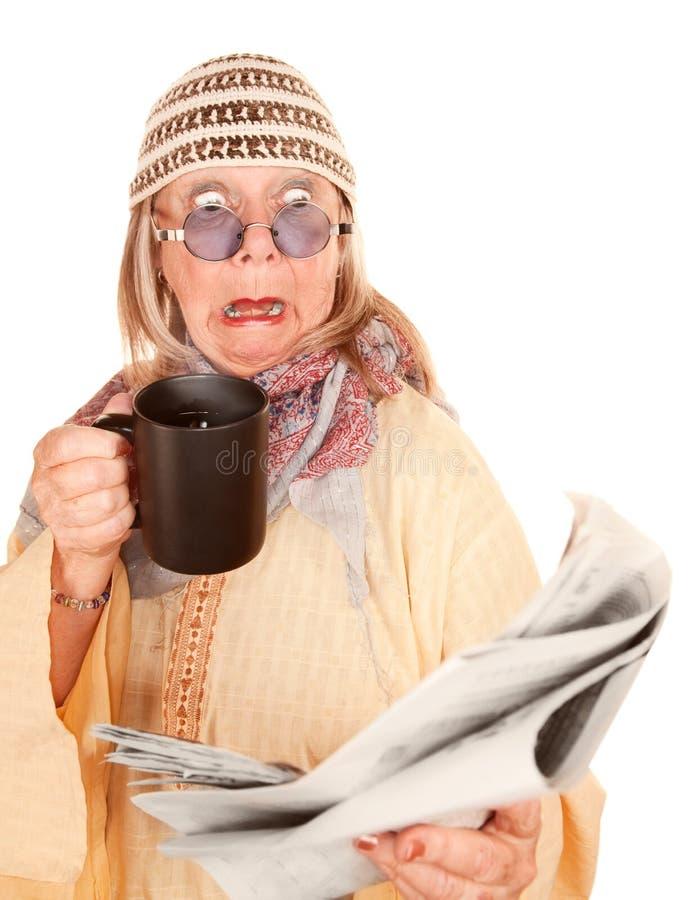 Nueva mujer loca de la edad en un traje amarillo con café foto de archivo