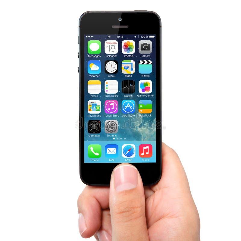 Nueva pantalla del IOS 7 del sistema operativo en el iPhone 5 Apple foto de archivo