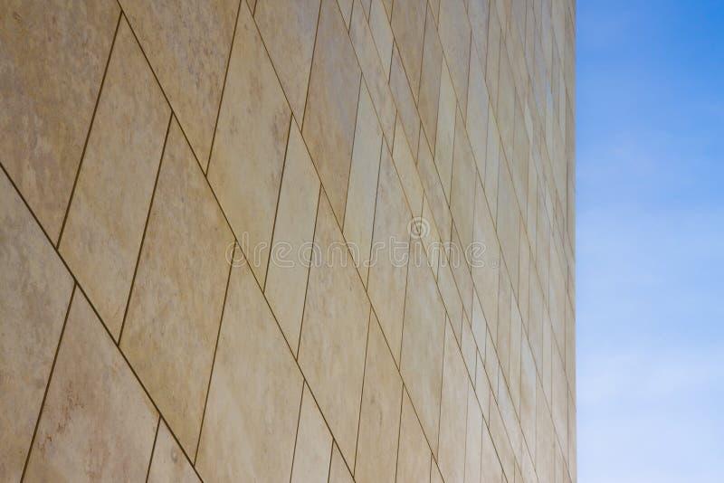 Nueva pared de piedra ventilada moderna hecha con diversos bloques de forma rectangular con las juntas anchas fotografía de archivo libre de regalías