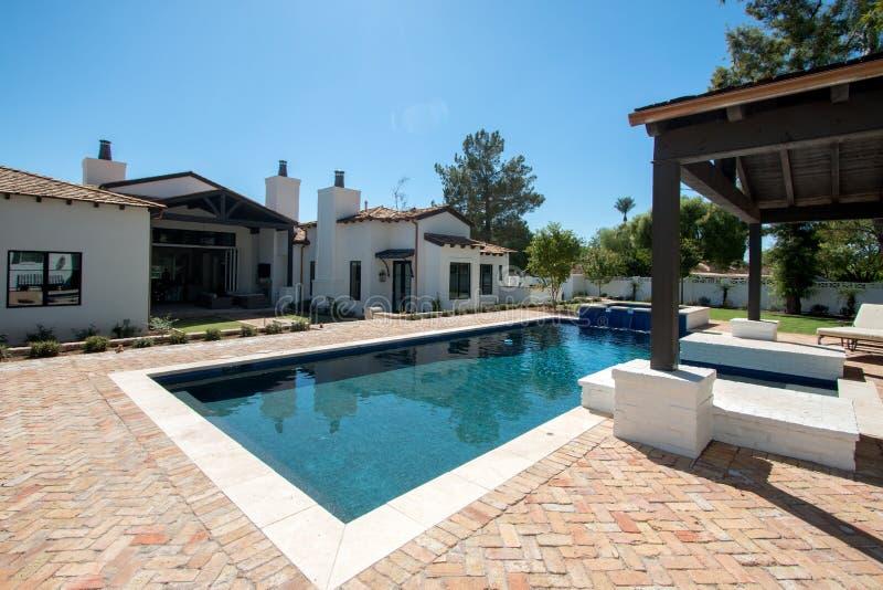 Nueva piscina casera clásica moderna del patio trasero fotos de archivo libres de regalías