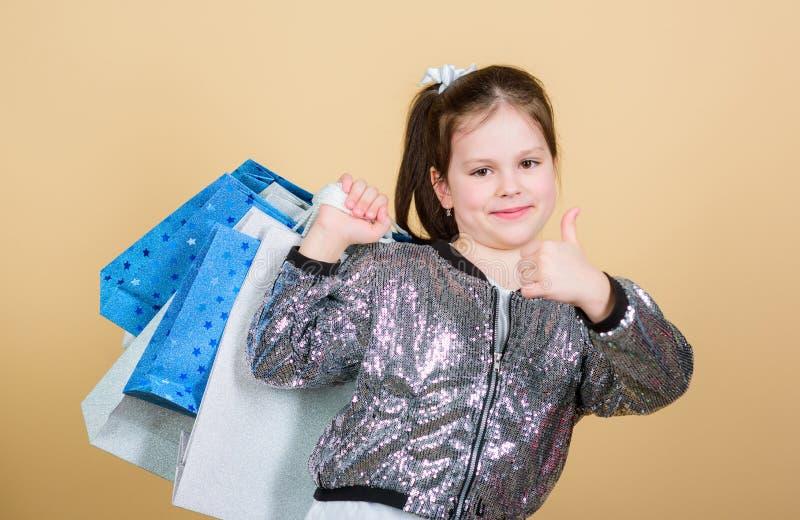 Nueva ropa Ni?o alegre Ni?a con los regalos retail Ahorro de la compra del d?a de fiesta Moda y estilo cliente con fotografía de archivo libre de regalías