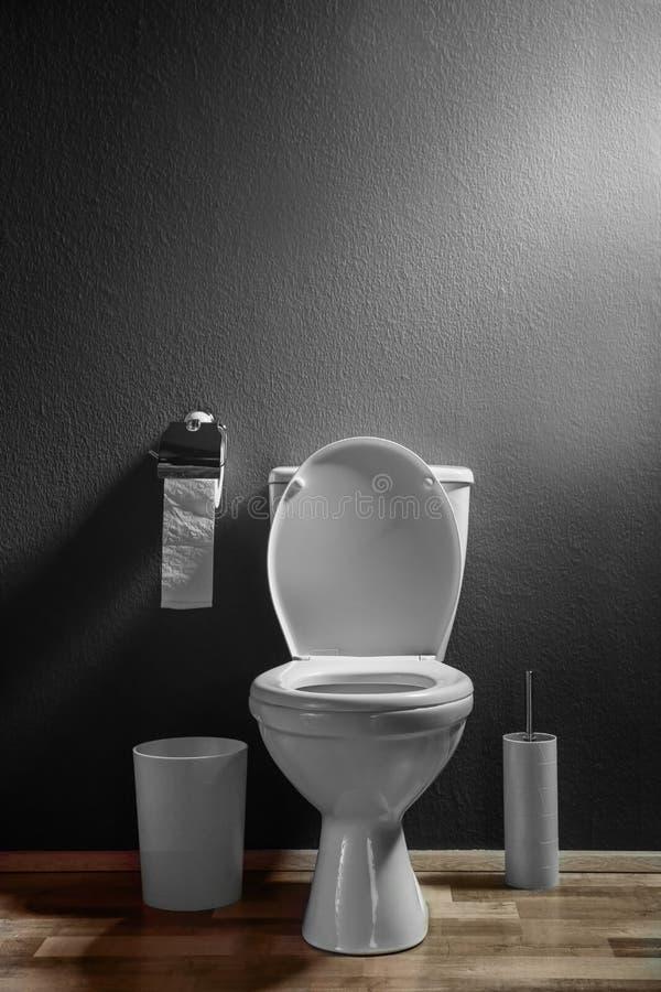 Nueva taza del inodoro de cerámica en cuarto de baño imagen de archivo libre de regalías