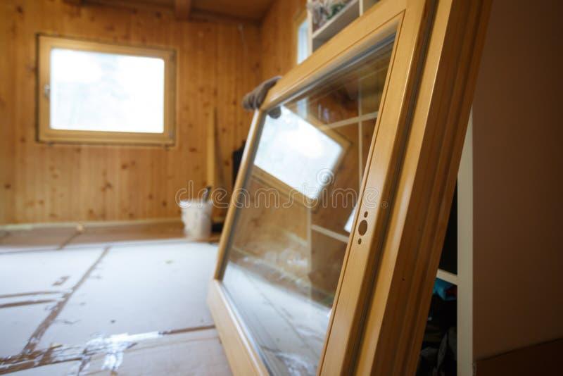 Nueva ventana de madera eficiente preparada para la instalación imagenes de archivo