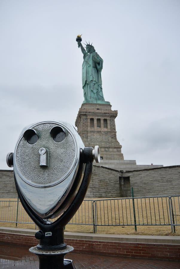 Nueva York binocular al lado de señora Liberty foto de archivo libre de regalías
