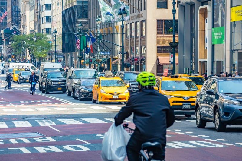 Nueva York, calles Altos edificios, coches y taxis foto de archivo libre de regalías