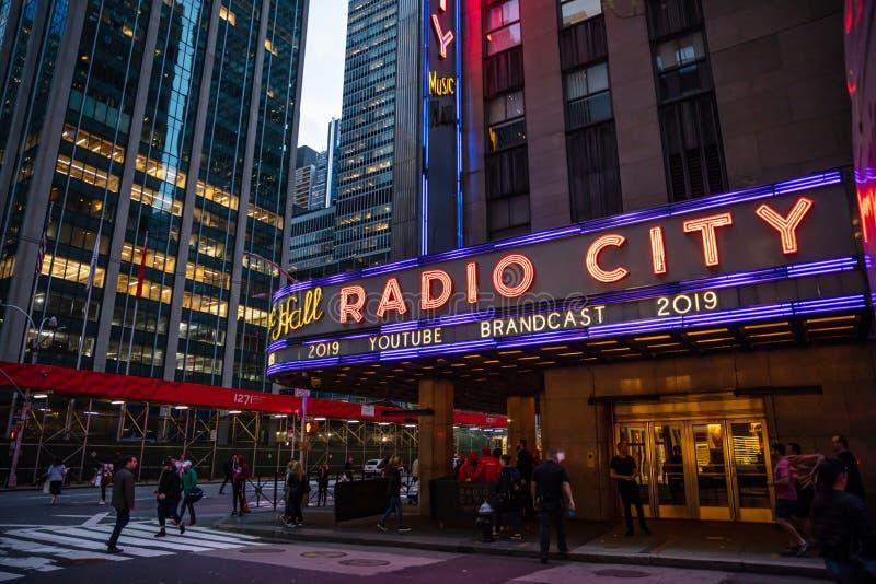 Nueva York, calles de Broadway en la noche Entrada de radio de la ciudad, luces de neón coloridas foto de archivo libre de regalías