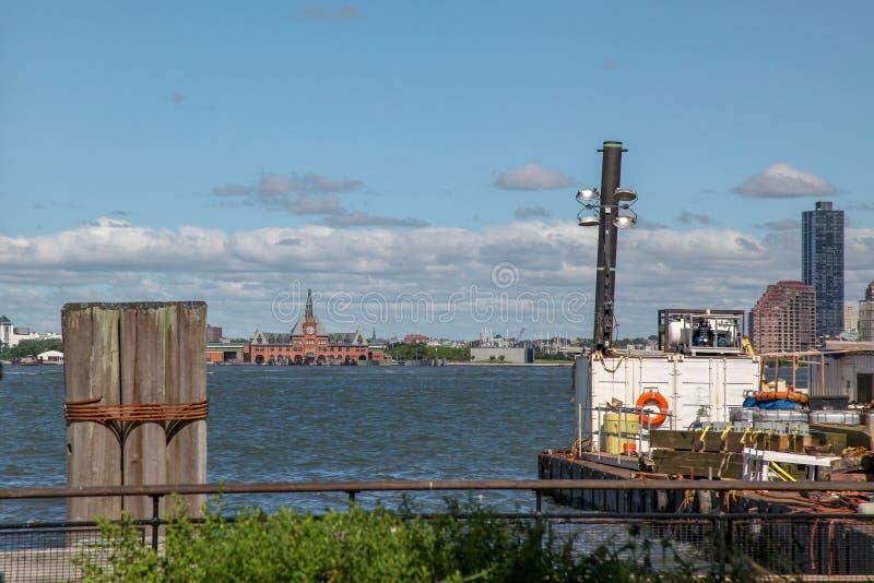 Nueva York, E.E.U.U.-junio 15,2018: La vista del paisaje marino de la estación del barco del parque de batería es cielo azul herm foto de archivo libre de regalías