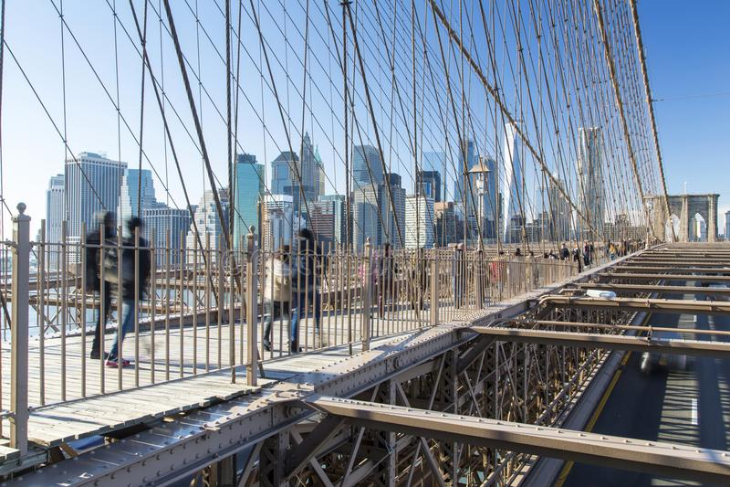 Nueva York, horizonte del Lower Manhattan del puente de Brooklyn foto de archivo