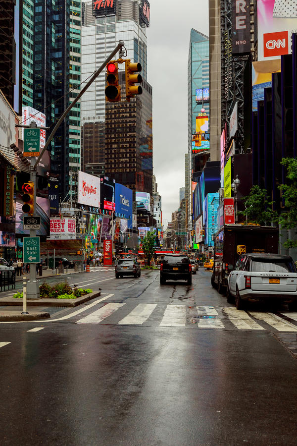 NUEVA YORK - JULIO DE 2017: Camino de la calle de New York City en Manhattan en el tiempo de verano Fondo grande urbano del conce fotografía de archivo