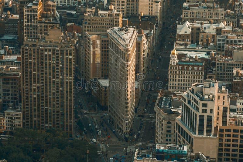 Nueva York, los E.E.U.U. - 25 de mayo de 2016: Plancha que construye la visión aérea en New York City Manhattan con los rascaciel fotografía de archivo libre de regalías