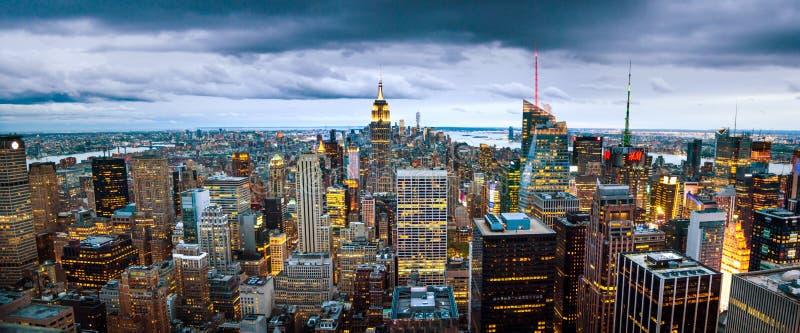 NUEVA YORK, los E.E.U.U. - 8 de mayo de 2017: Wi de la opinión panorámica del horizonte de Manhattan imagenes de archivo