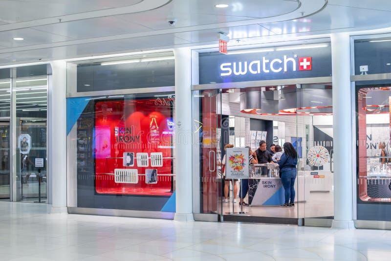 NUEVA YORK, los E.E.U.U. - agosto de 2018: Tienda de Swatch en el centro comercial de Oculus, Nueva York Swatch es relojero suizo fotos de archivo