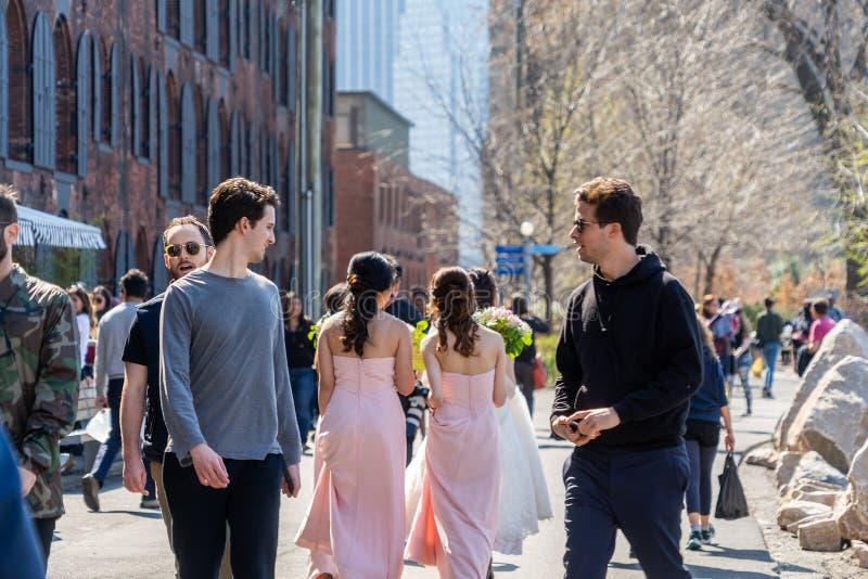 NUEVA YORK, LOS E.E.U.U. - 28 DE ABRIL DE 2018: Gente en calles de Dumbo, Brooklyn, Nueva York foto de archivo