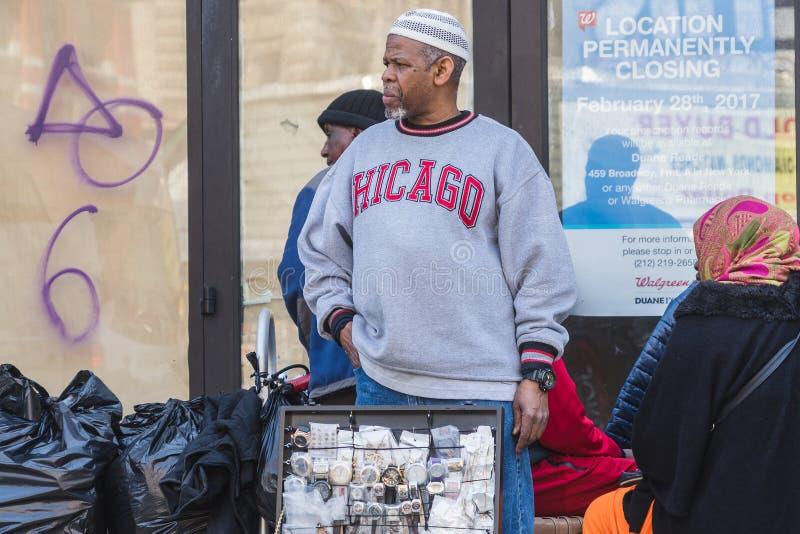 NUEVA YORK, LOS E.E.U.U. - 28 DE ABRIL DE 2018: Gente en calles de Dumbo, Brooklyn, Nueva York fotos de archivo