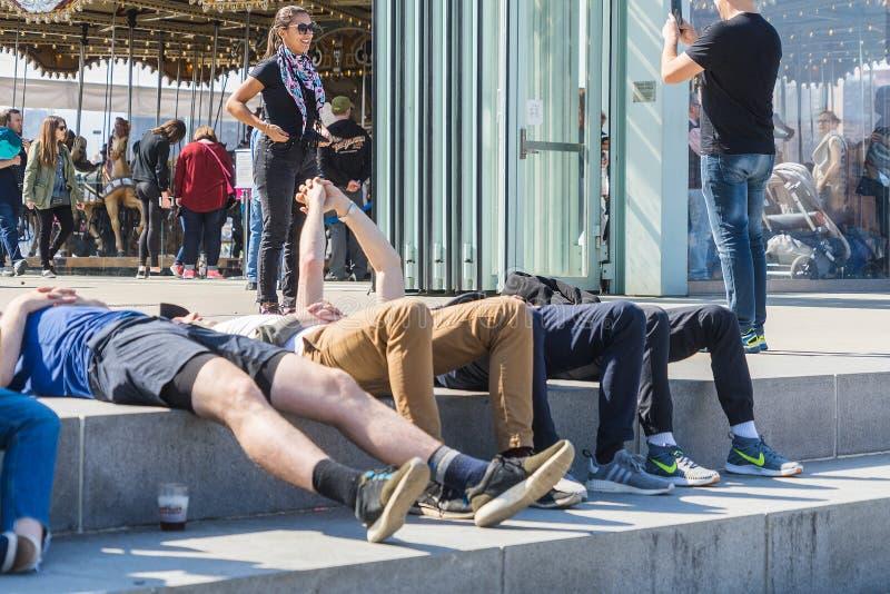NUEVA YORK, LOS E.E.U.U. - 28 DE ABRIL DE 2018: Gente en calles de Dumbo, Brooklyn, Nueva York fotografía de archivo libre de regalías