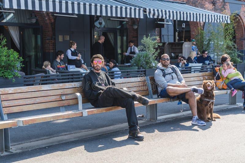 NUEVA YORK, LOS E.E.U.U. - 28 DE ABRIL DE 2018: Gente en calles de Dumbo, Brooklyn, Nueva York imagen de archivo