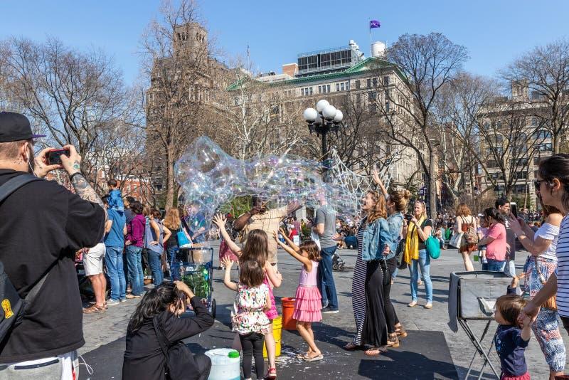 NUEVA YORK, LOS E.E.U.U. - 14 DE ABRIL DE 2018: Neoyorquinos y turistas en el parque, pueblo del oeste, Nueva York imagenes de archivo