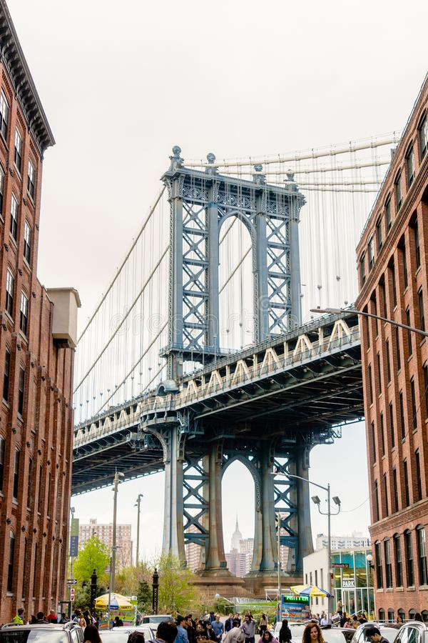 NUEVA YORK, LOS E.E.U.U. - 28 DE ABRIL DE 2018: Opinión del puente de Manhattan de Dumbo, ciudad de York del tejo imagen de archivo libre de regalías