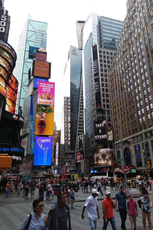 Nueva York, los E.E.U.U. - 30 de agosto de 2018: El Times Square, ofrecido con los teatros de Broadway y las muestras animadas de imágenes de archivo libres de regalías