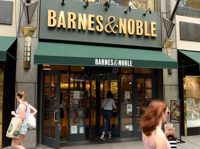 Nueva York, los E.E.U.U. - 9 de junio de 2018: Gente cerca de la entrada en Barnes fotos de archivo