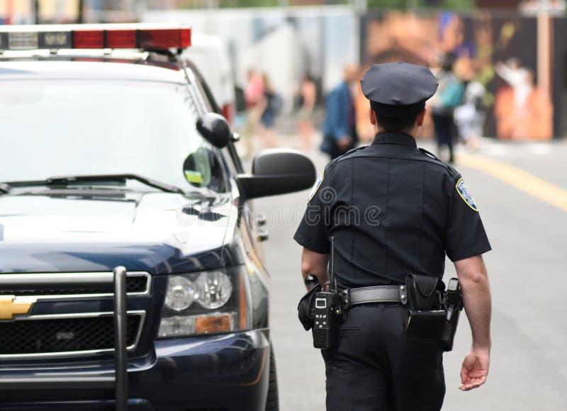 NUEVA YORK, los E.E.U.U. - 10 de junio de 2018: Oficial de policía que realiza su dut imagenes de archivo