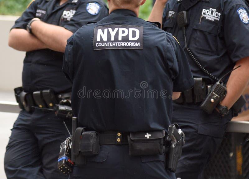 NUEVA YORK, los E.E.U.U. - 10 de junio de 2018: Oficial de policía que realiza su dut fotografía de archivo libre de regalías