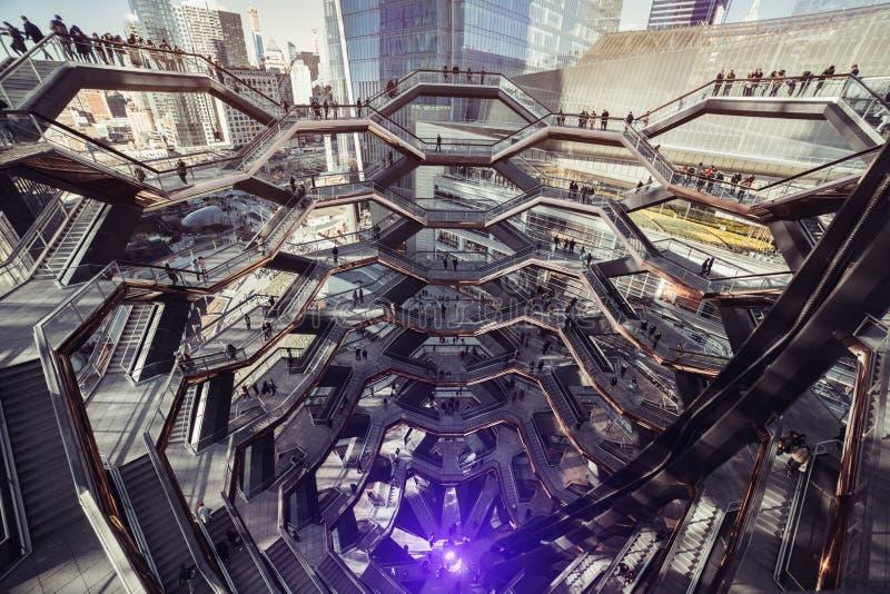 Nueva York, los E.E.U.U. - 18 DE MARZO DE 2019: La escalera espiral de la arquitectura del buque moderno del edificio es la pieza imagen de archivo