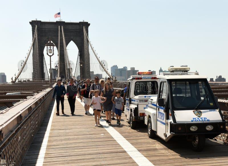 Nueva York, los E.E.U.U. - 25 de mayo de 2018: Coche policía y muchedumbre de gente en t fotos de archivo