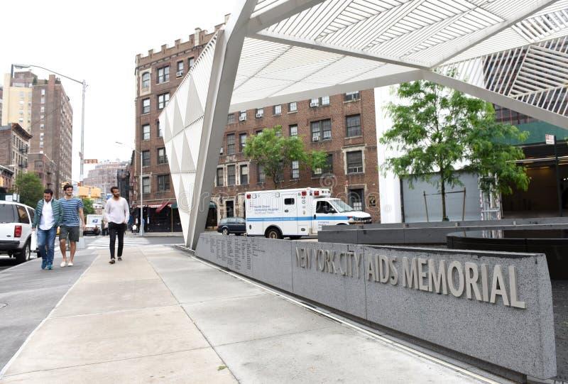 Nueva York, los E.E.U.U. - 27 de mayo de 2018: Gente cerca del monumento de las AYUDAS de New York City imágenes de archivo libres de regalías