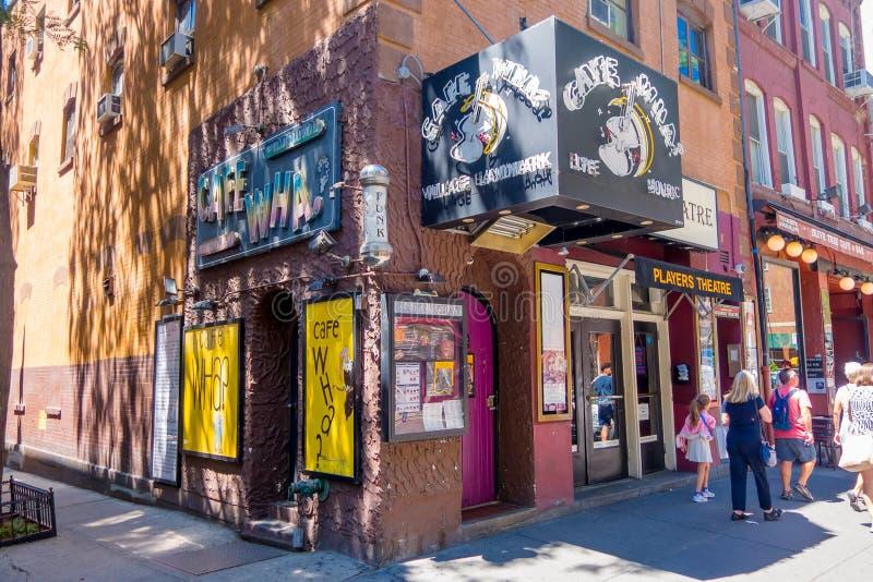 NUEVA YORK, LOS E.E.U.U. - 22 DE NOVIEMBRE DE 2016: El Wha del café en el Greenwich Village New York City, es un lugar vivo con u foto de archivo libre de regalías