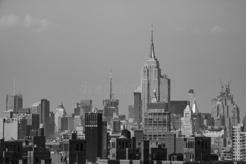 Nueva York, los E.E.U.U. - 2 de septiembre de 2018: Monocromático con el puente de Brooklyn sobre Manhattan en Nueva York fotos de archivo
