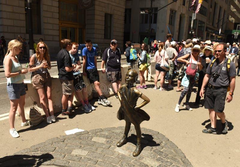 Nueva York, los E.E.U.U. - mayo de 2018: Gente cerca de la escultura de carga de Bull en Nueva York imágenes de archivo libres de regalías