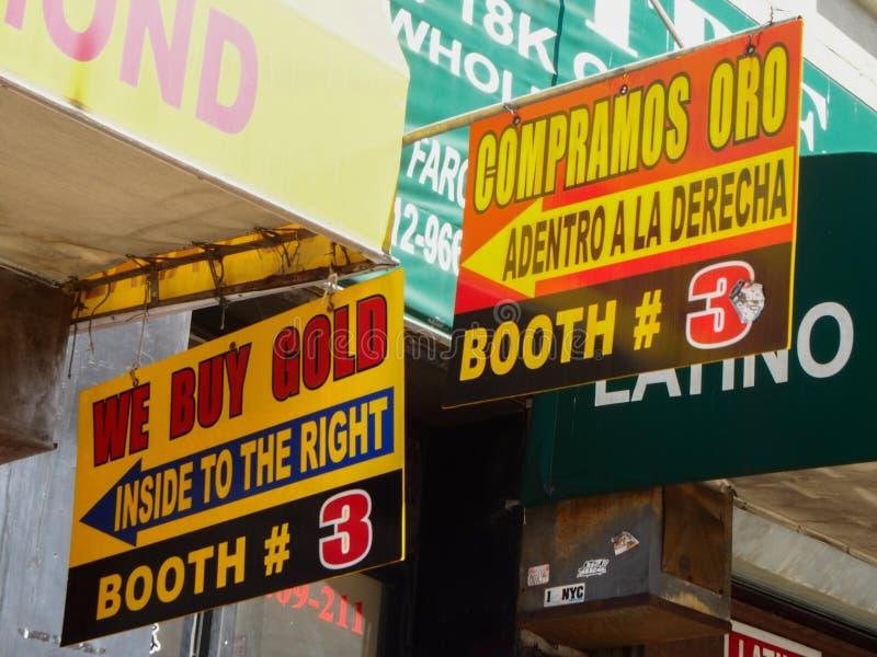 Nueva York - muestra de Estados Unidos de nosotros compramos oro en inglés y español en la entrada de la tienda imagen de archivo