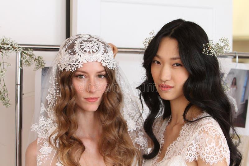 NUEVA YORK, NY - 16 de junio: Modelos que consiguen entre bastidores listo foto de archivo libre de regalías