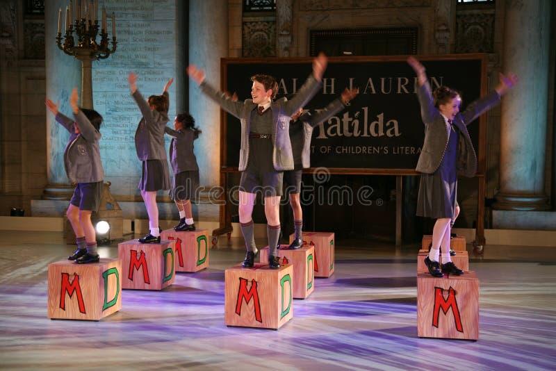 NUEVA YORK, NY - 19 DE MAYO: Niños en Matilda el Musical en el desfile de moda de los niños de Ralph Lauren Fall 14 fotos de archivo libres de regalías