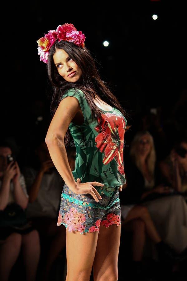 NUEVA YORK, NY - 4 DE SEPTIEMBRE: Adriana Lima modelo camina la pista en el desfile de moda 2015 de la primavera de Desigual imagenes de archivo