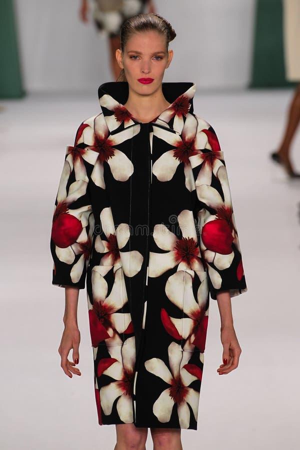 NUEVA YORK, NY - 8 DE SEPTIEMBRE: Alisa Ahmann modelo camina la pista en el desfile de moda de Carolina Herrera fotografía de archivo libre de regalías