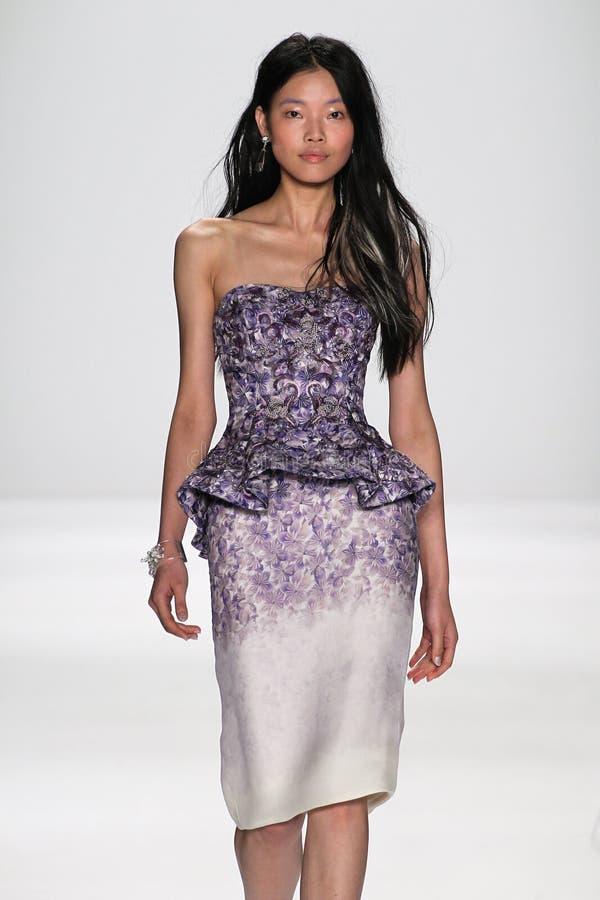 NUEVA YORK, NY - 9 DE SEPTIEMBRE: Un modelo camina la pista en el desfile de moda de Badgley Mischka foto de archivo