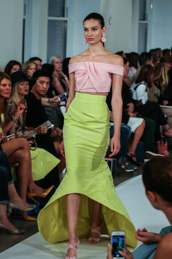 NUEVA YORK, NY - 9 DE SEPTIEMBRE: Un modelo camina la pista en el desfile de moda de Oscar De La Renta foto de archivo libre de regalías
