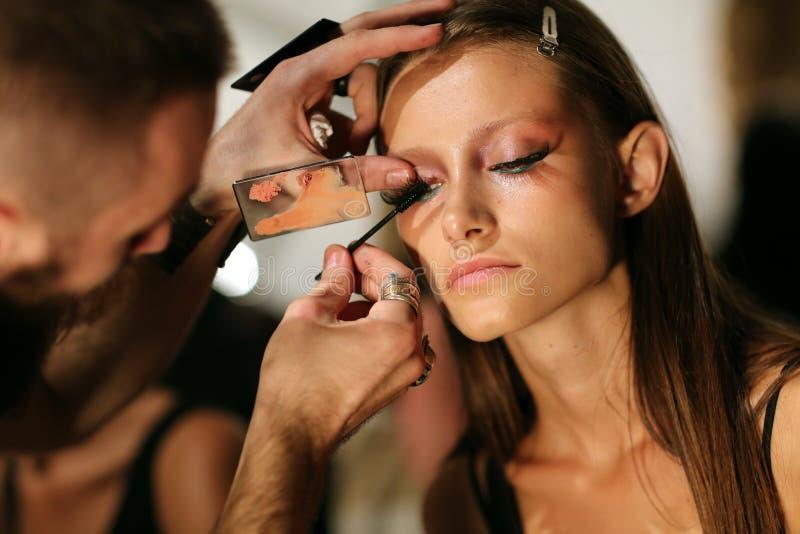 NUEVA YORK, NY - 6 DE SEPTIEMBRE: Un modelo tiene su maquillaje hecho entre bastidores en Venexiana fotografía de archivo libre de regalías