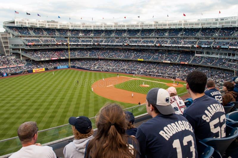 Aficionados al béisbol en el Yankee Stadium foto de archivo