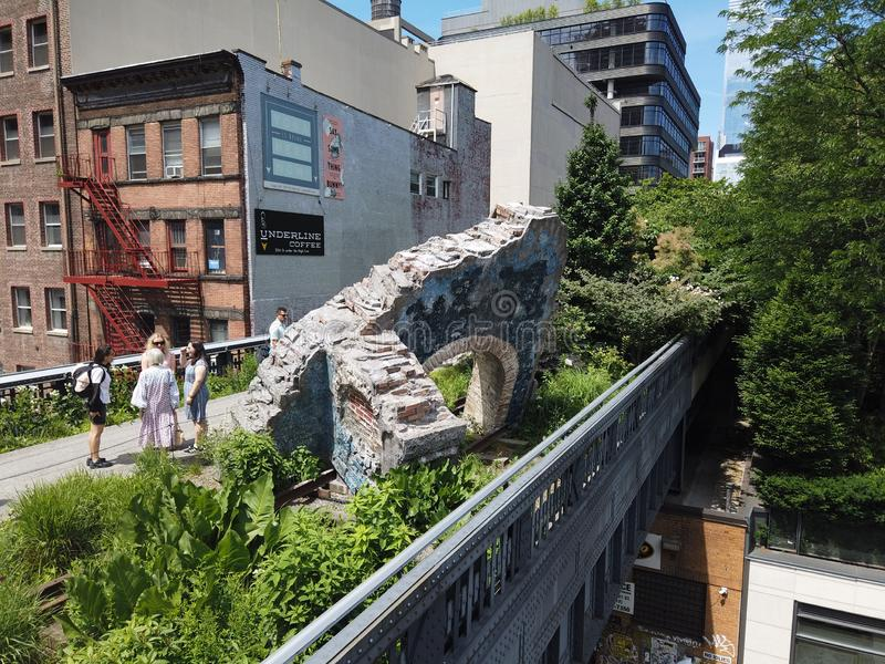 Nueva York, NY, los E.E.U.U. Opiniónes y paisajes alrededor de la alta línea Una señal famosa y un parque público en el lado oest imágenes de archivo libres de regalías