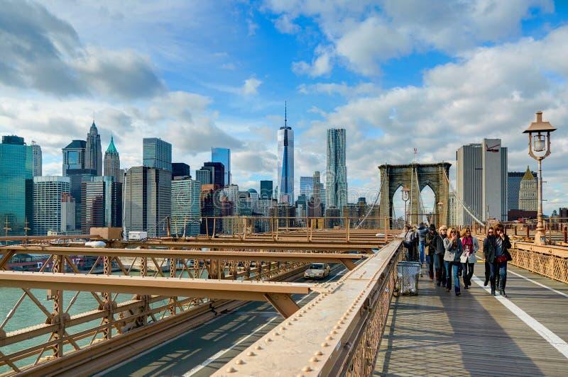 NUEVA YORK, OCT, 25, 2013: Opinión sobre la puerta famosa del puente de NYC Brooklyn y turistas de la gente que caminan Puentes f foto de archivo libre de regalías