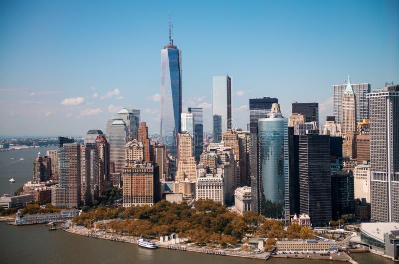 Nueva York. Opinión imponente del helicóptero de un horizonte más bajo de Manhattan encendido fotografía de archivo libre de regalías