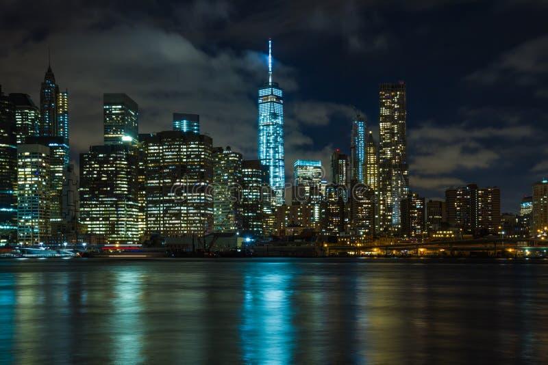 Nueva York por noche: Lower Manhattan y el un comercio mundial Cente imagen de archivo